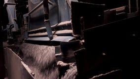 Traitement de raisin sur la machine Écrasant, rectifiant, ligne de tri et de transport sur la décharge banque de vidéos