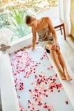 Traitement de soin de corps de station thermale de femme Fleur Rose Bath Beauté, soins de la peau Images stock