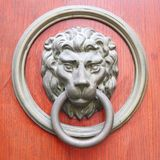 Traitement de trappe sous forme de tête d'un lion Photographie stock libre de droits