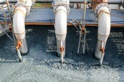 Traitement des eaux usées avec la boue biologique photos stock