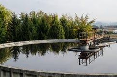Traitement des eaux usées avec la boue biologique photo libre de droits