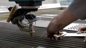 Traitement en métal avec de l'eau Le travail des personnes, mains évidentes des spécialistes banque de vidéos
