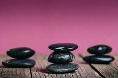 Traitement en pierre noir sur une table en bois Station thermale et concept de santé Photo libre de droits