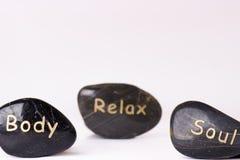 Traitement en pierre Pierres de massage noires sur un fond blanc Pierres chaudes équilibre le zen aiment des concepts Pierres de  Images libres de droits