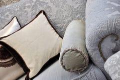 Traitement et oreiller de sofa de tissu Photos libres de droits
