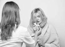Traitement et quand appeler le docteur Femme de docteur examiner la personne malade Identifiez les symptômes du froid Docteur de  image stock