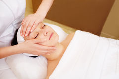 Traitement facial avec le massage professionnel de Image libre de droits
