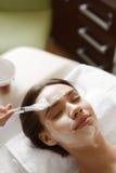 Traitement facial de beauté Belle femme obtenant le masque cosmétique images libres de droits