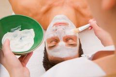 Traitement facial de beauté par un esthéticien Photos stock