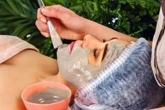 Traitement facial de peau de masque de collagène Femme agée 50-60 années Image libre de droits