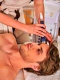 Traitement facial ultrasonique sur la machine d'abattage en taille d'homme d'ultrason Images stock
