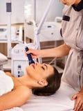 Traitement facial ultrasonique sur la machine d'abattage en taille d'homme d'ultrason Photo stock