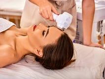Traitement facial ultrasonique sur la machine d'abattage en taille d'ultrason Image stock