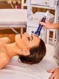 Traitement facial ultrasonique sur la machine d'abattage en taille d'ultrason Photographie stock
