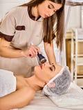 Traitement facial ultrasonique sur la machine d'abattage en taille d'ultrason photographie stock libre de droits