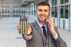 Traitement multitâche agité d'homme d'affaires avec deux smartphones photos libres de droits