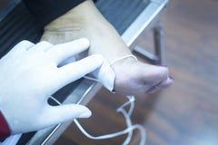 Traitement patient de physiothérapie de jambe de cheville de pied Photo libre de droits