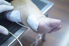 Traitement patient de physiothérapie de jambe de cheville de pied Images stock