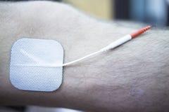 Traitement patient de rehabiliation de physiothérapie de genou Photographie stock libre de droits