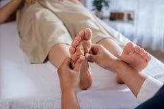 Traitement thaïlandais de massage de jambe de réflexothérapie photo stock