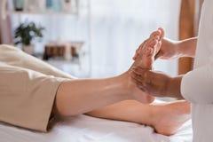 Traitement thaïlandais de massage de jambe de réflexothérapie image stock