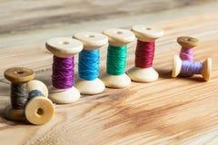 Traitements différés d'amorçage sur le fond en bois Vieux accessoires de couture Photo libre de droits