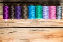 Traitements différés d'amorçage sur le fond en bois Vieux accessoires de couture Image stock