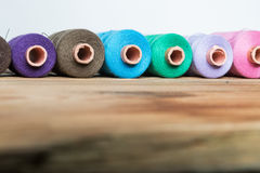 Traitements différés d'amorçage sur le fond en bois Vieux accessoires de couture Photo stock
