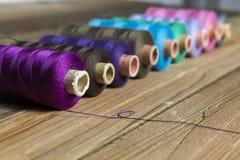 Traitements différés d'amorçage sur le fond en bois Vieux accessoires de couture C Photos stock
