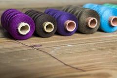 Traitements différés d'amorçage sur le fond en bois Vieux accessoires de couture C Images libres de droits