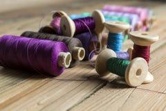 Traitements différés d'amorçage sur le fond en bois Vieux accessoires de couture C Images stock