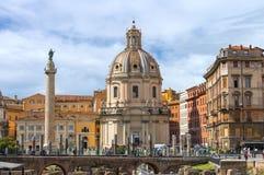 Trajan论坛的废墟在教会圣洁Na的背景的 免版税图库摄影