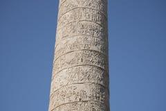 Trajan ` s专栏是一个罗马凯旋式专栏在罗马,意大利 库存图片