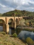 Trajan ` s桥梁 阿尔坎塔拉,西班牙 超过1,000年它是在共计和杆间距离的最长的曲拱桥梁 免版税库存图片