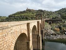 Trajan ` s桥梁 阿尔坎塔拉,西班牙 超过1,000年它是在共计和杆间距离的最长的曲拱桥梁 免版税库存照片