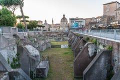 Trajan ` s论坛和Cathol的废墟的全景 库存照片