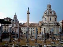 Trajan ` s论坛的古老废墟在罗马,意大利 皇家论坛traiani和圣玛丽亚二洛雷托省教会 古老罗马废墟 免版税图库摄影