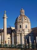 Trajan-` s Spalten- und Chiesa-SS Nome Di Maria Basilica in Rom, Italien Stockbilder