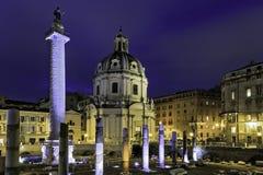 Trajans kolonn nära den basilikaUlpia strukturen Arkivbilder