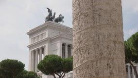 Trajans kolonn och monumentonazionalen en vittorio emanuele II i rome arkivfilmer