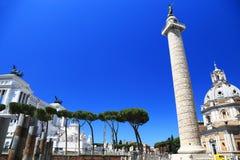 Trajans kolonn och Santa Maria di Loreto Church Royaltyfri Foto
