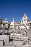 Trajanssäule und der Santissima Maria Church Stockbild