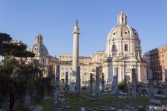 Trajanssäule- und Santissimo-Nome Di Maria al Foro Traiano Church - Rom Lizenzfreies Stockfoto