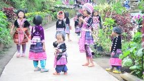 Traje étnico del desgaste de Hmong de los niños tradicional y que juega con los amigos almacen de video