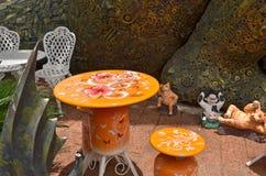 Traje amarillo de la tabla con la pared del modelo del hierro Imagen de archivo libre de regalías