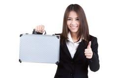 Traje atractivo del bolso del control de la mujer de negocios aislado Foto de archivo