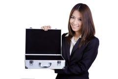 Traje atractivo del bolso del control de la mujer de negocios aislado Imagenes de archivo