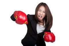 Traje atractivo del guante de boxeo de la mujer de negocios aislado Imagenes de archivo