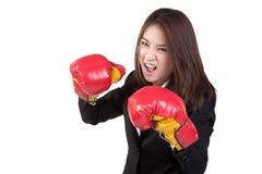 Traje atractivo del guante de boxeo de la mujer de negocios aislado Imágenes de archivo libres de regalías