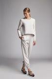 Traje casual de seda blanco de la mujer de moda del desgaste hermoso atractivo del modelo Imagenes de archivo